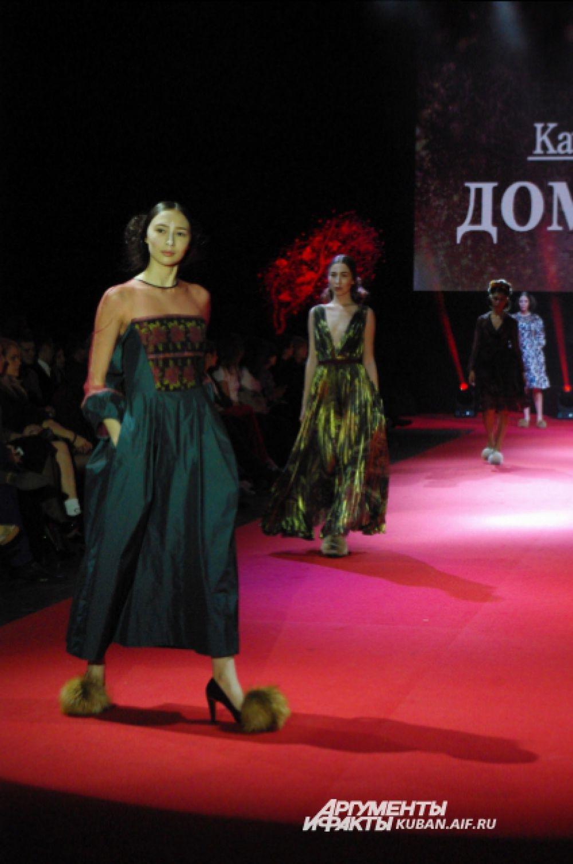 К каждому платью Катя Борисова подобрала вот такие смешные туфли, похожие на домашние тапочки с помпонами. Как поясняет дизайнер, «для хохмы», чтобы сбить градус высокой моды.