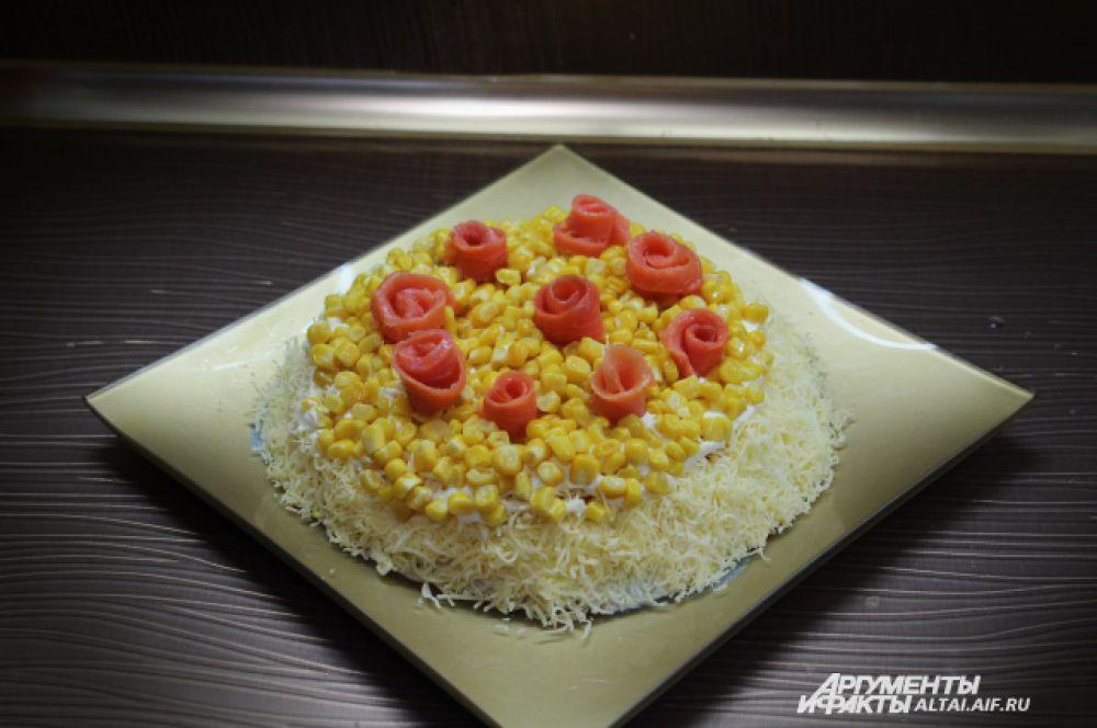 Оставшиеся ломтики форели скручиваем в трубочки, получаются вот такие розочки, которыми мы украшаем наш салат. К розам можно сделать лепестки из зеленого лука.