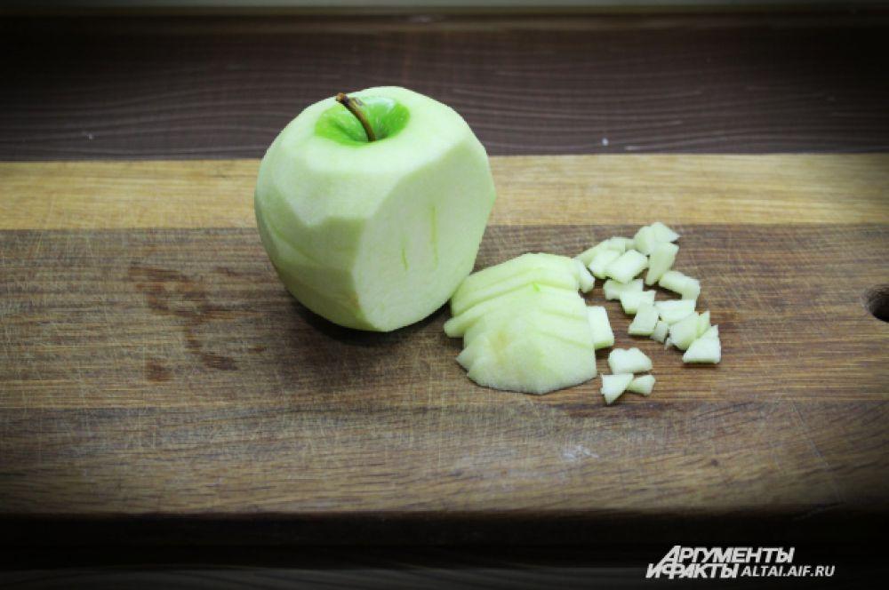 С яблока снимаем кожуру и режем его на мелкие кубики.