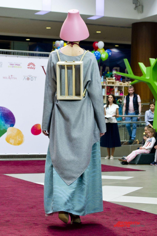 Показательная коллекция дизайнера Марии Шайтановой, победительницы прошлогоднего конкурса «Модельер года». В своей коллекции она использовала материалы из строительного магазина.