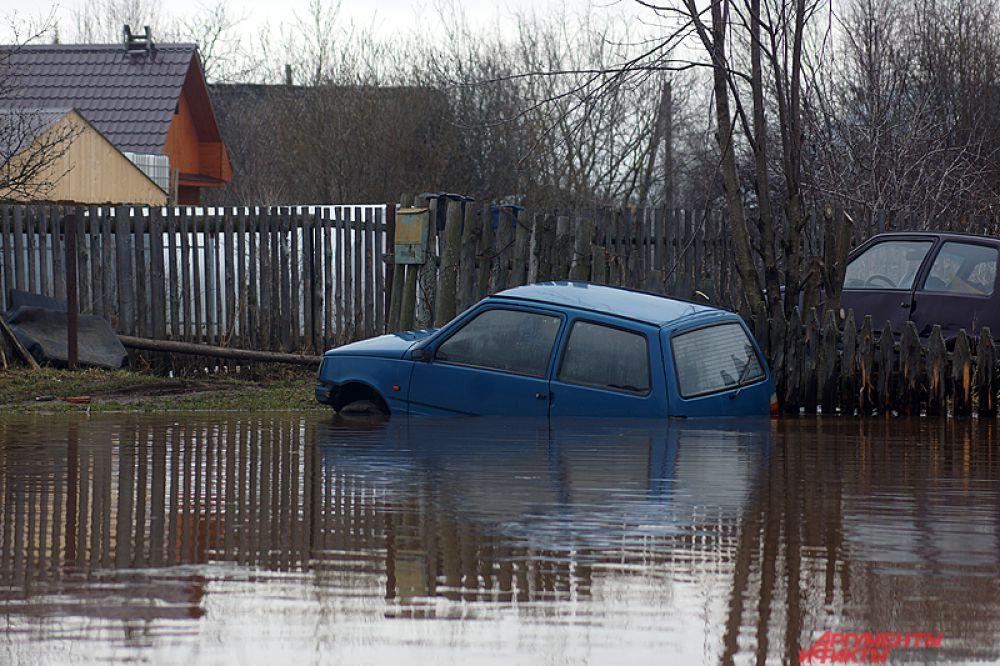 Затопило даже машины.
