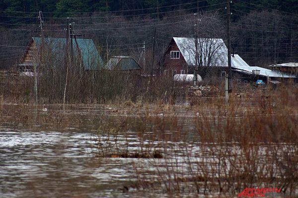 Местный житель Владимир рассказал, что его дом затопило два дня назад.