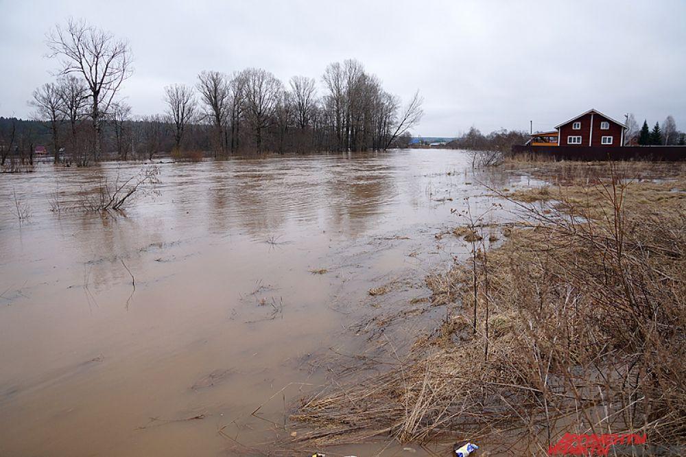 Под водой скрылись целые поля и дома, в том числе давно заброшенные.