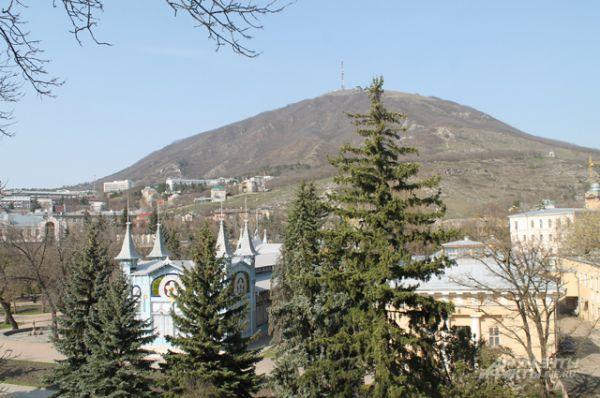 Гора  Машук. Еще в 1961 году была признана памятником природы. В последние годы с ней связан ряд скандалов. Местные власти продавали участки горы под застройку, что вызвало возмущение экологов. Застройка горы  может негативно повлиять на подземные минеральные источники курорта.