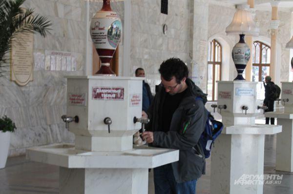 Нарзанная галерея в Кисловодске. Место встреч отдыхающих. Особо запасливые граждане приходят со своими бутылочками.