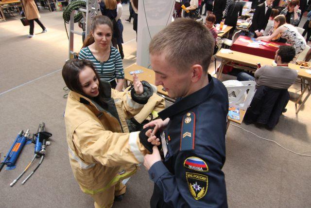 Желающих примерить громоздкий костюм пожарного оказалось немало.