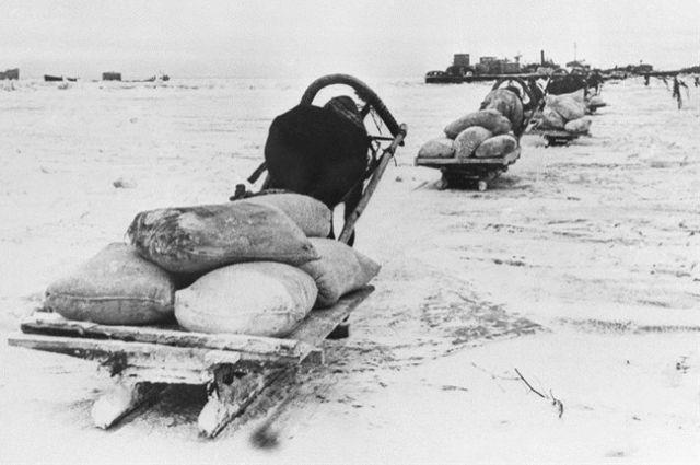 Тысячи ленинградцев эвакуировали по Дороге Жизни из блокадного города.