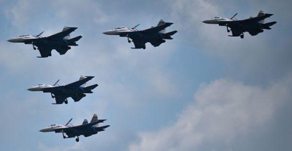 Пилотажная группа «Русские витязи» во время совместной тренировки групп парадного строя авиации к Параду Победы.