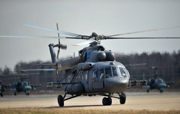 Вертолет Ми-8АМТШ во время совместной тренировки групп парадного строя авиации к Параду Победы.