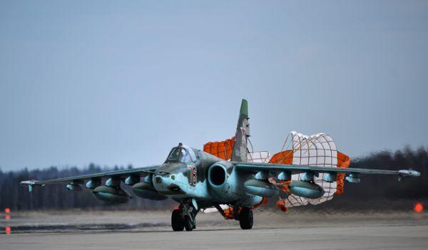 Штурмовик Су-25 после приземления во время совместной тренировки групп парадного строя авиации к Параду Победы.