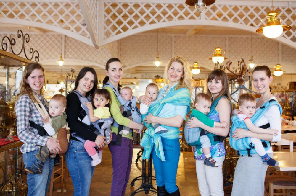 Со слингом легко путешествовать: Тоцкие - в составе сообщества «ПростоМама» города Астрахани (его организаторы и многие участницы Катины подруги).