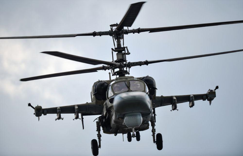 Вертолет огневой поддержки Ка-52 «Аллигатор» во время совместной тренировки групп парадного строя авиации к Параду Победы.