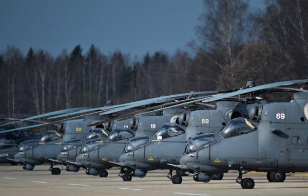 Вертолеты Ми-35 на взлетной полосе во время совместной тренировки групп парадного строя авиации к Параду Победы.