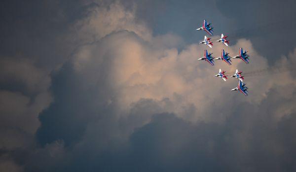 Пилотажные группы «Русские витязи» и «Стрижи» во время совместной тренировки групп парадного строя авиации к Параду Победы.