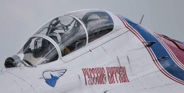 Летчики пилотажной группы «Русские витязи» в кабине самолета во время совместной тренировки групп парадного строя авиации к Параду Победы на военном аэродроме