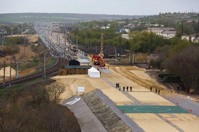 Строительство двухпутной электрифицированной железной дороги в обход Украины на участке Журавка – Миллерово в Воронежской области.