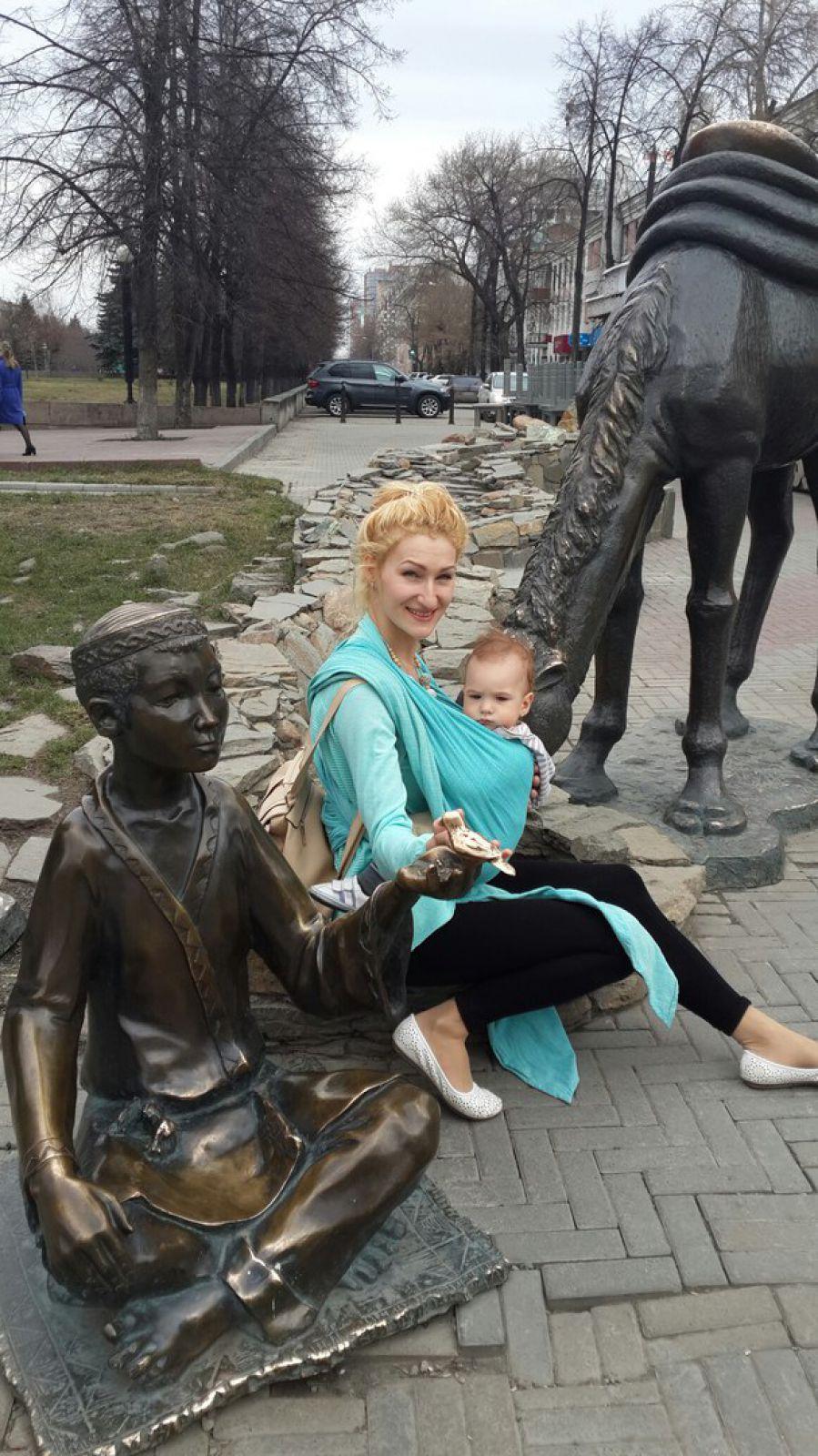 Екатерина и Лев Андреевич (так мама называет сына) гуляют по челябинскому арбату (ул. Кирова), рядом со скульптурой верблюда, символизирущего Великий шёлковый путь.