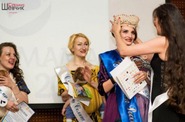 Награждение слингокороной Юлии Витюгановой. Все участницы искренне радовались победе мамочки, которая с большими приключениями добиралась до Челябинска.