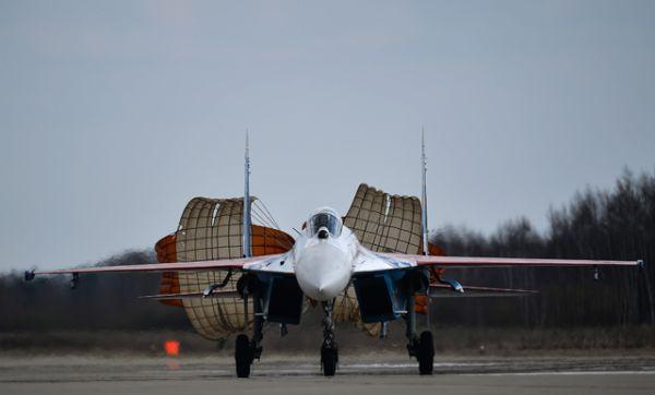 Самолёт пилотажной группы «Русские витязи» после приземления во время совместной тренировки групп парадного строя авиации к Параду Победы.