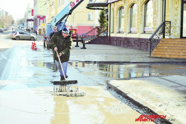 Застоявшаяся вода приведёт к разрушению дороги.
