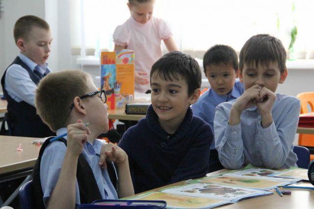 Дима Булаев с одноклассниками на уроке рисования.