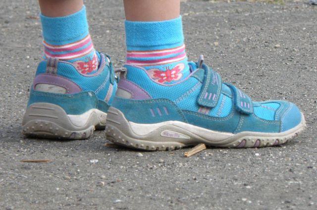 Подозреваемого опознали по ярко-голубым женским кроссовкам.