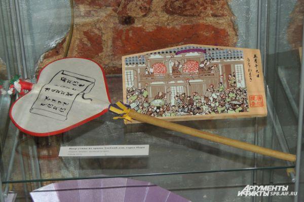 Веера в форме сердца сбрасывают с балкона одного из японских храмов - на удачу и счастье