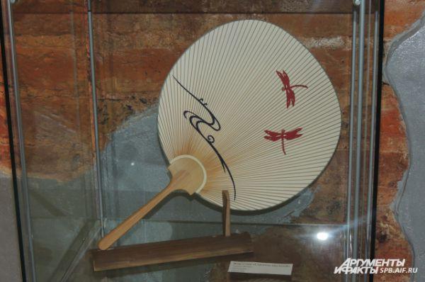 В коллекции Елены - веера разных форм, с непохожими один на другой рисунками.