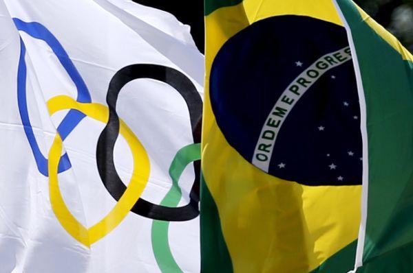 Флаг Олимпиады и флаг Бразилии на торжественной церемонии зажжения Олимпийского огня.