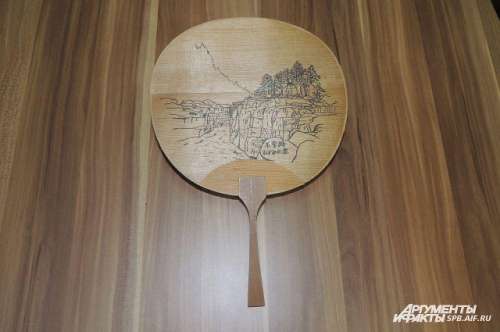 Веера могут быть деревянными, бумажными или даже пластмассовыми.