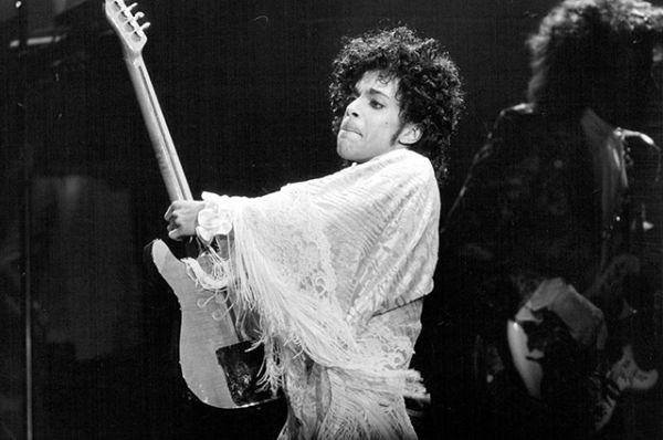 Самым известным хитом Принса считается песня Purple Rain, которую он исполнял совместно с группой The Revolution.