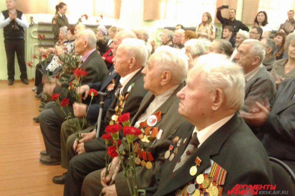 Ветераны на праздничном концерте.