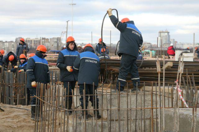 Средства потратят на обустройство дорожной инфраструктуры острова Октябрьский, где возводят новую футбольную арену.