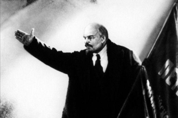Первым исполнителем роли Ленина в Советском кино стал непрофессиональный актёр, рабочий Василий Никандров в фильме Сергея Эйзенштейна «Октябрь», 1927.