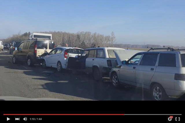 В ДТП на Черлакском тракте пострадали сразу 14 автомобилей.