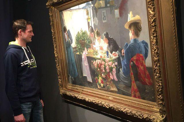 Посетители выставки знакомятся с произведениями искусства второй половины XIX - начала XX веков.
