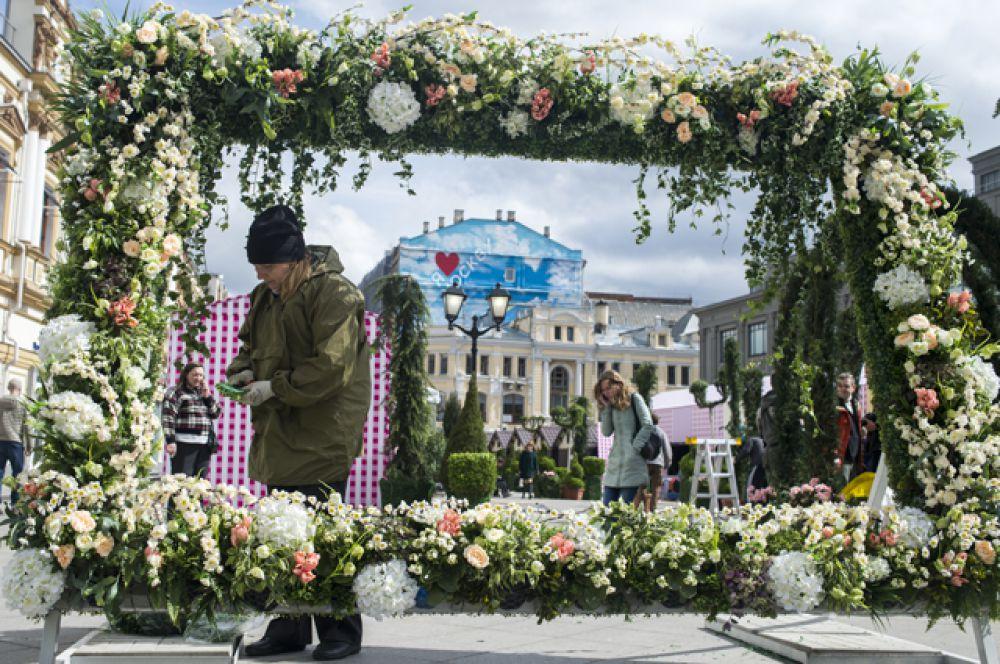 «Садово-цветочная ярмарка» открылась в Столешниковом переулке, а Тверской бульвар превратился в «Бульвар романтиков».
