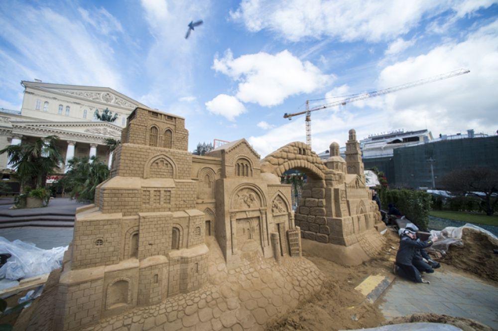 «Город мира - город Победы» находится на Театральной площади.