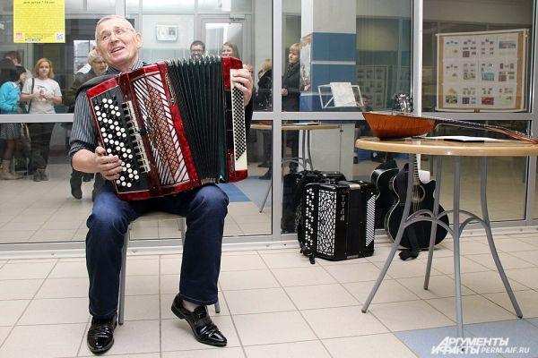 Человек-оркестр развлекал публику на первом этаже здания.
