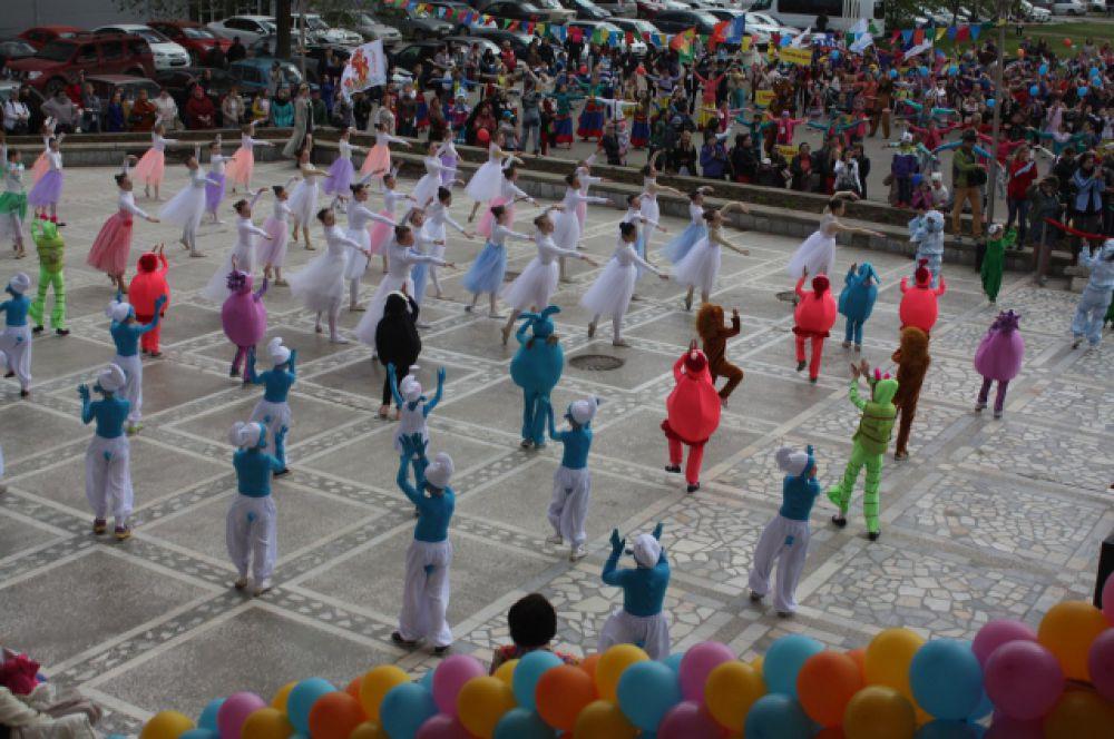 Благодаря массовости, красочным костюмам и особому настроению стал отличным прологом к предстоящей фестивальной программе.