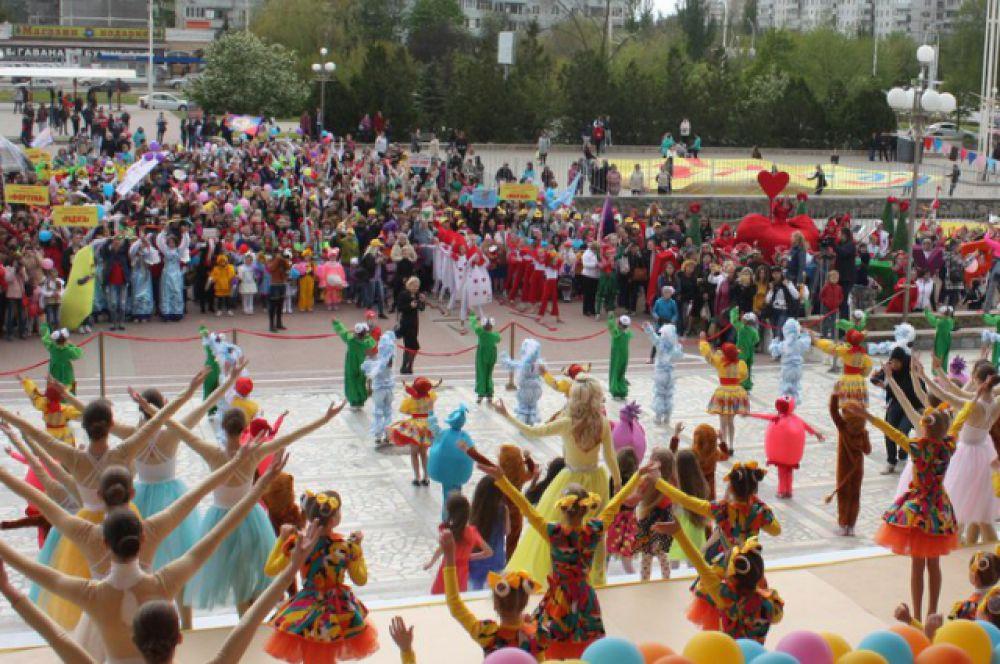 Затем яркое шествие отправилось на площадь ДК имени Курчатова, где всех участников приветствовали руководители города, представители депутатского корпуса, общественности и городских творческих объединений.