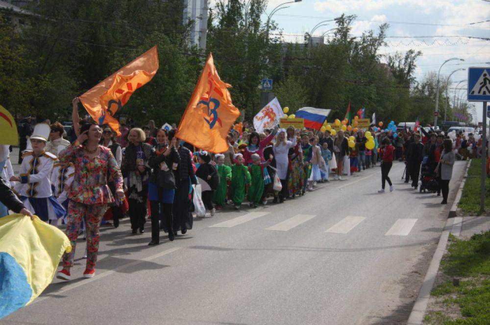 Более тысячи человек прошли колонной по проспекту Строителей к Дворцу культуры имени Курчатова.
