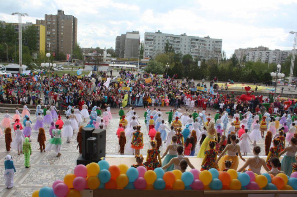 Большой праздник начался на Комсомольской площади, где собрались все участники фестиваля – более 1100 человек.
