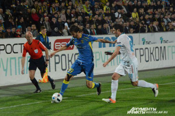 Александр Ерохин, спустя мгновение, забьет чудо-гол в ворота Юрия Лодыгина.