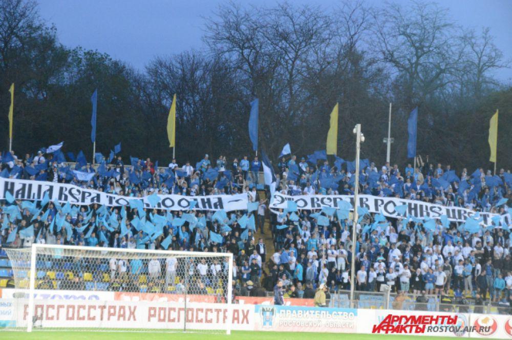 Фанаты «Зенита» заполнили всего два сектора на северной трибуне. В прежние годы их приезжало на матчи в Ростов гораздо больше.
