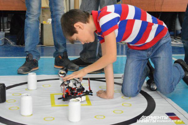 Перед демонстрацией навыков программирования ребята испытывают своих подопечных, проверяют, всё работает так, как нужно.