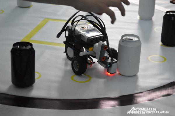 Задача этого робота – сбить большее количество кеглей, которыми стали обычные банки.