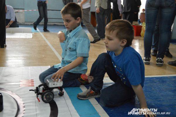 Роботы в руках некоторых юных техников напоминают, скорее, игрушки, но не стоит забывать, сколько времени парнишки потратили на их сборку и программирование.