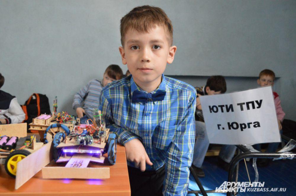 Команда из Юрги отличилась своими деревянными роботами, которые полностью делает с нуля сама – дерево дешевле готового пластмассового набора, один такой робот стоит около 2 тысяч рублей.
