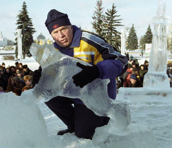 Лидер ЛДПР Владимир Жириновский на международном фестивале ледяной скульптуры «Вьюговей-2001».